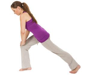 Dame macht Sportübungen in Jogginghose